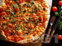 Италианска пица с аншоа, домати и кашкавал (с домашно тесто с мая) - снимка на рецептата